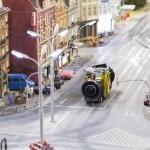 Nahaufnahme des Mini-Kamera-Busses während einer Fahrt auf den Straßen des Miniatur Wunderlands. Quelle: Boerner/Google.